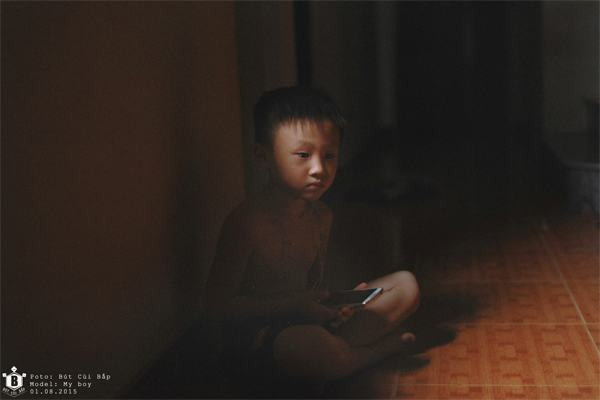 """""""Đứa trẻ trở thành nô lệ cho chiếc smartphone... Nó không nhanh nhẹn không hoạt bát trong môi trường sống nữa, nhưng với chiếc Smartphone thì khác hoàn toàn, nó như một chuyên gia thực thụ. Nó dần thích bóng tối, con người của nó đang dần lùi vào bóng tối với chiếc điện thoại thông minh trong tay""""."""